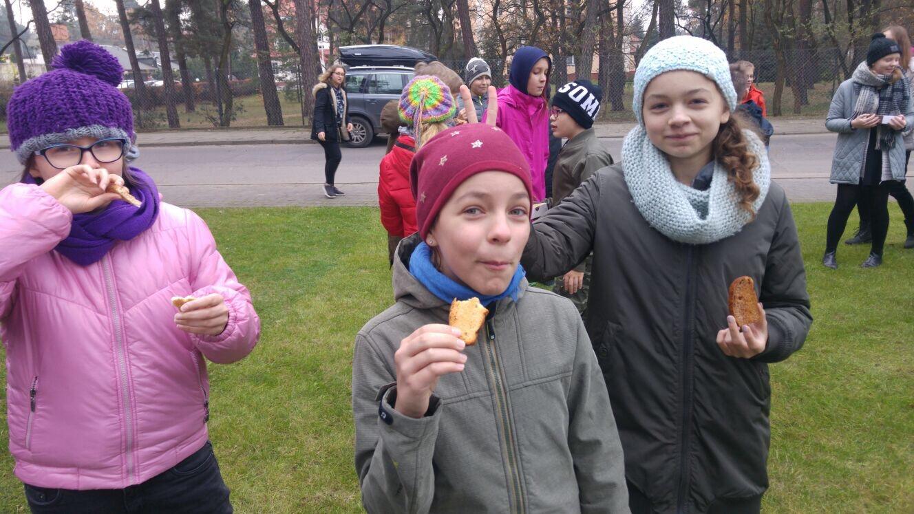 DzieńNiepodległości w Szkole imienia Moraczewskich w Sulejówku, jemy suchary Piłsudskiego