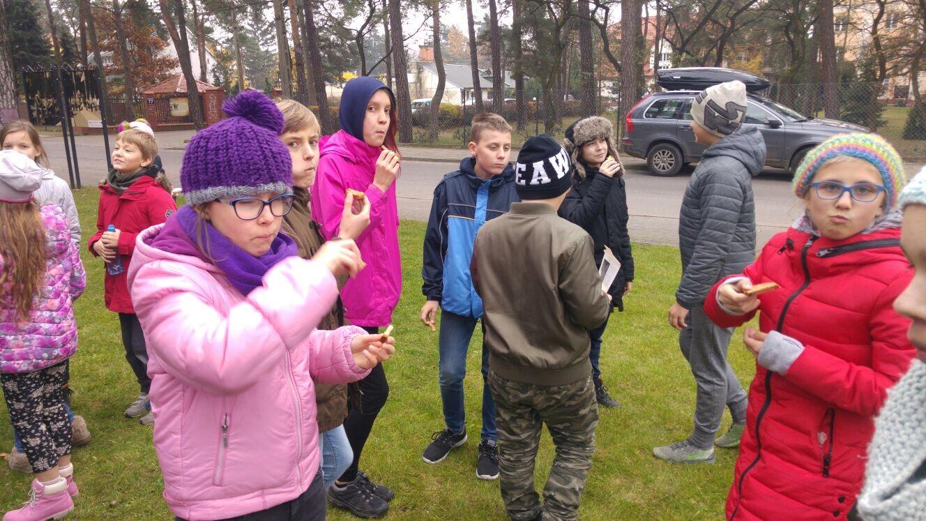 DzieńNiepodległości, uczniowie Prywatnej Szkoły imienia Moraczewskich jedzą pierniczki Marszałka Piłsudskiego