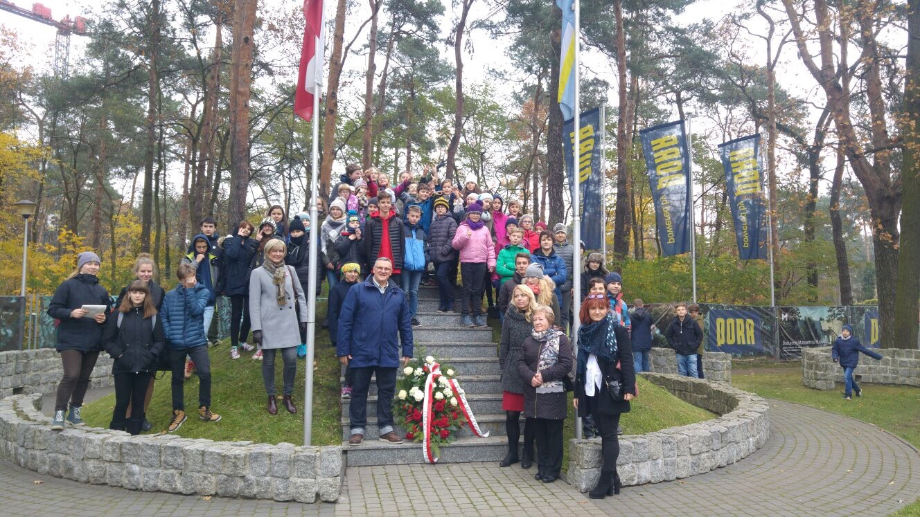 Dzień Niepodległości - Szkoła imienia Moraczewskich składa wieniec, Marszałek Piłsudski, Artur Abramowicz, dyrektor szkoły imienia Moraczewskich w Sulejówku