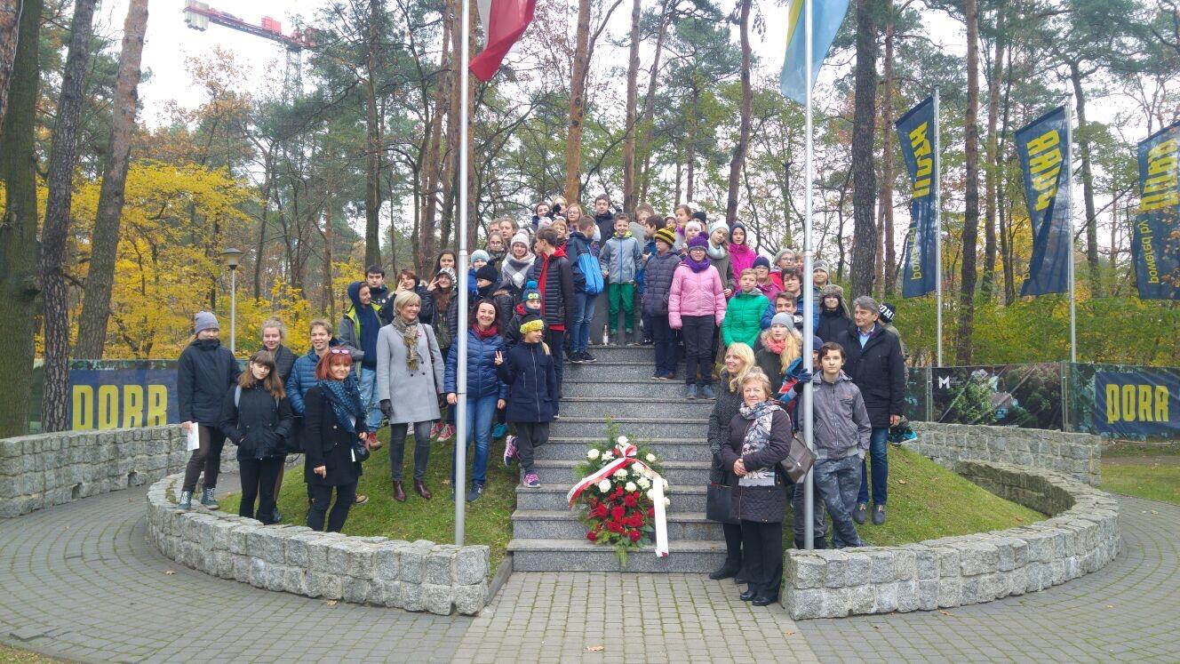 DzieńNiepodległości - uczniowie i nauczyciele w Prywatnej Szkole imienia Moraczewskich w Sulejówku