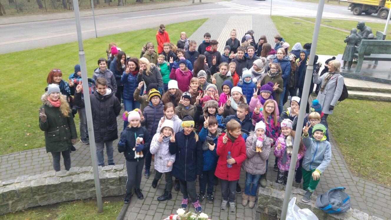 Dzień Niepodległości - wspólne zdjęcie uczniów Szkoły Prywatnej imienia Moraczewskich w Sulejówku