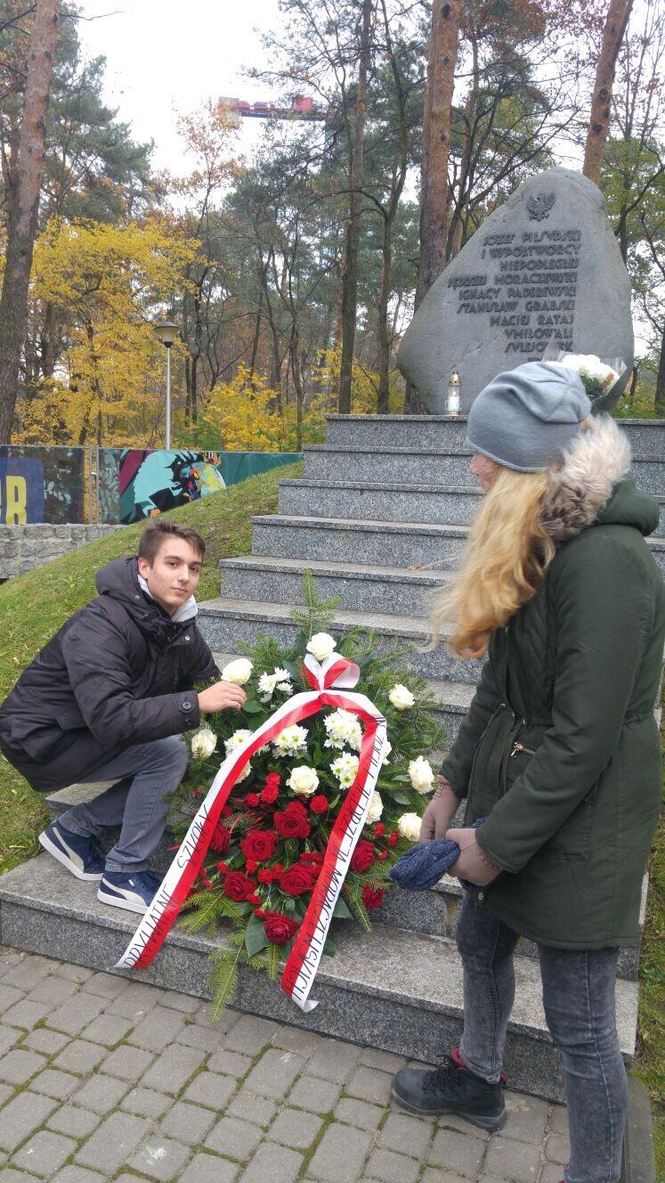 Dzień Niepodległości - Szkoła Moraczewskich składa wieniec